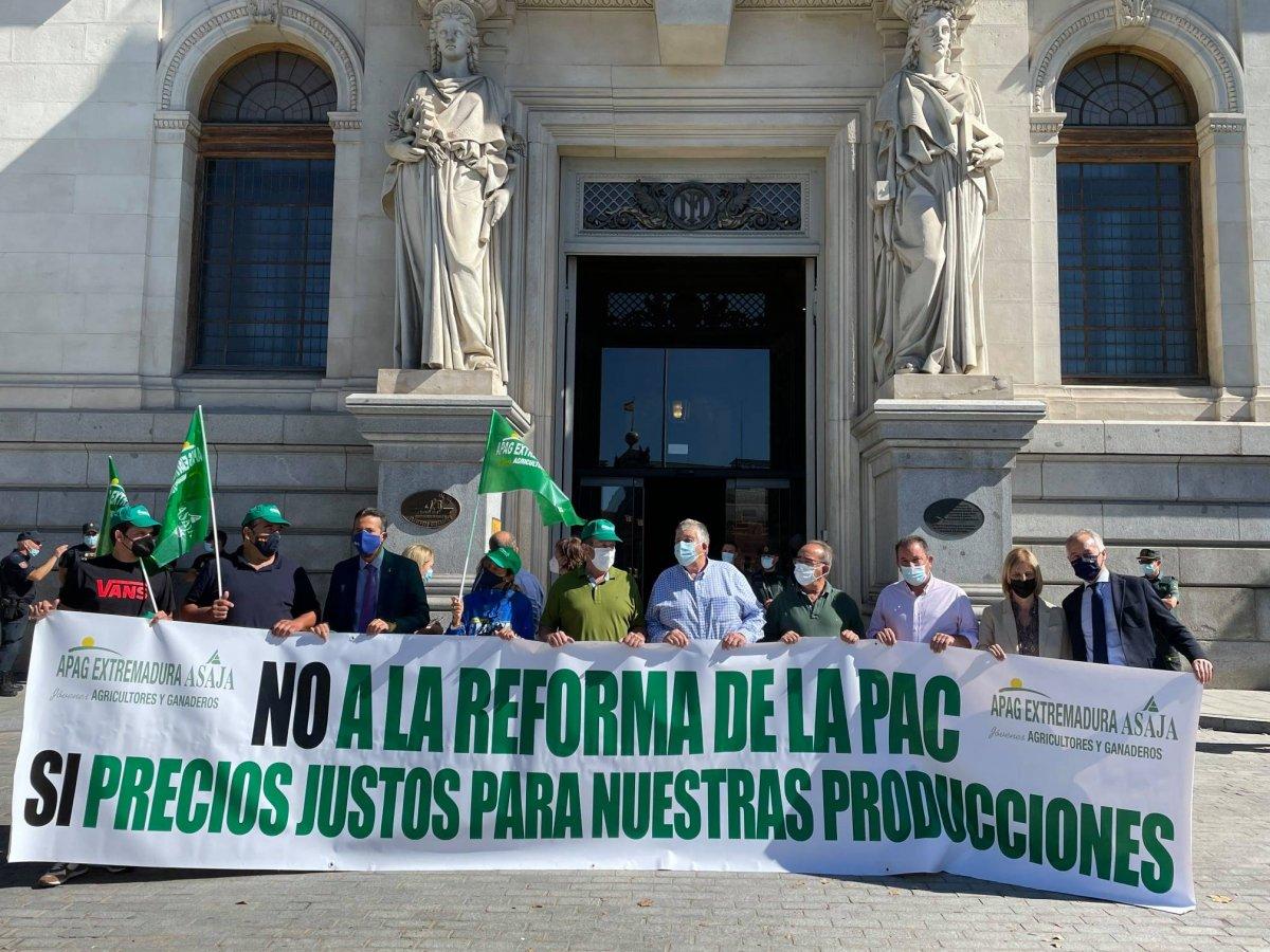 Agricultores extremeños acampan en Madrid para protestar por reforma de la PAC