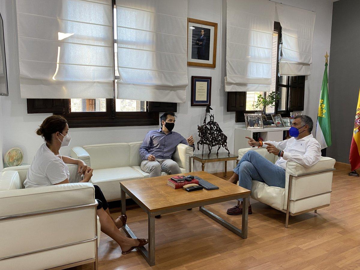Ballestero pide tranquilidad a los empresarios de Coria ante la salida de la ciudad del grupo Adesval