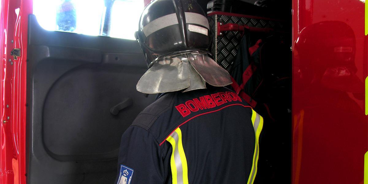 Los bomberos rescatan a un conductor atrapado por la lluvia entre Solana y Arroyo