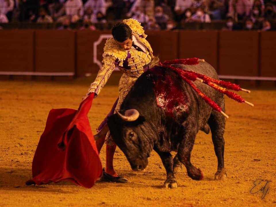 """Triunfo de los """"victorinos"""" en Sevilla con dos orejas para el torrejoncillano Emilio de Justo"""