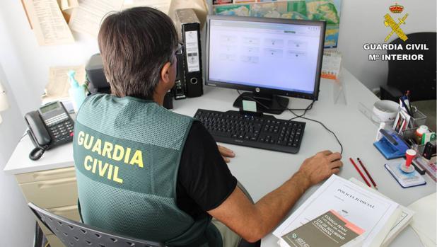 La Guardia Civil detiene a dos personas por estafar en la venta de permisos de conducción