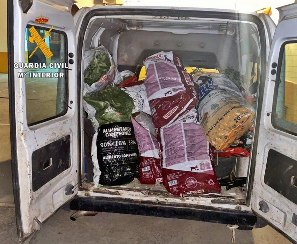 Detenidas tres personas que llevaban en una furgoneta 12 sacos con 46 kilos de marihuana