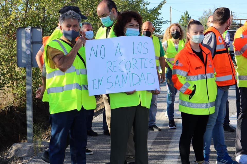 Cortan la N-521 en protesta por los recortes sanitarios que afectarán a Valencia de Alcántara