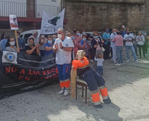"""Hoyos se concentra en la plaza de Gabriel y Galán para decir """"no"""" a los recortes en sanidad"""