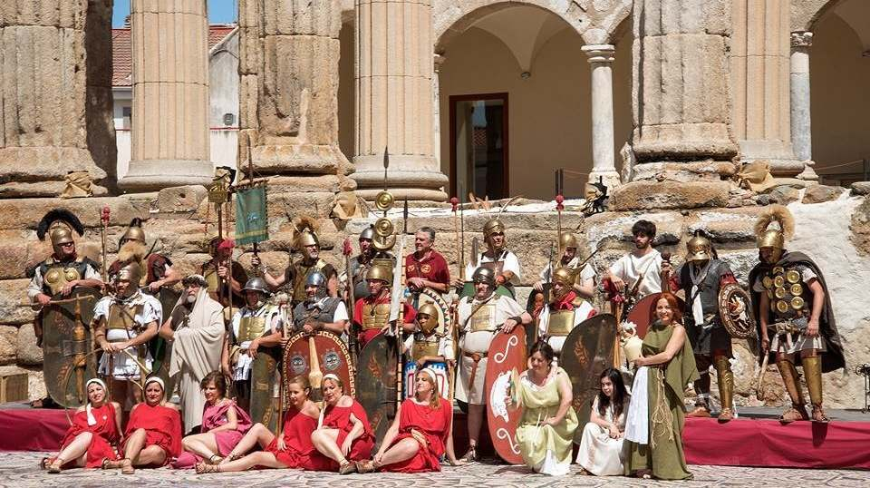 Las túnicas y las togas romanas conviven este fin de semana con la mascarilla en la XI 'Emérita Lúdica'