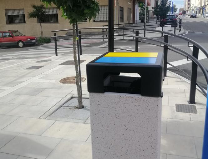 El Ayuntamiento de Coria instala más de una veintena de papeleras en la avenida Monseñor Riberi
